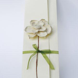 """Ręcznie robione zaproszenia ślubne """"ROMANTYCZNE ANEMONY"""" z kremowym przestrzennym kwiatem"""