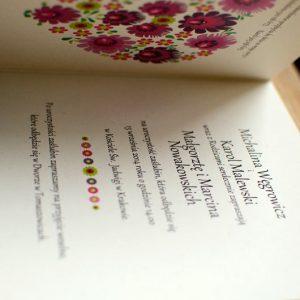 Folkowe zaproszenia ślubne z serduszkowym motywem z łowickich wycinanek