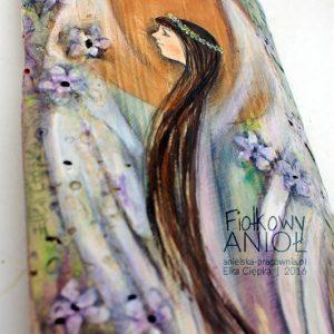 Fiołkowy Anioł ręcznie malowany na drewnie może być podarowany na każda okazję i w każdym momencie.
