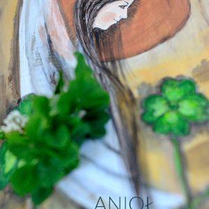 Anioł Szczęścia z symbolicznymi czterolistnymi koniczynkami musi przynieść szczęście!